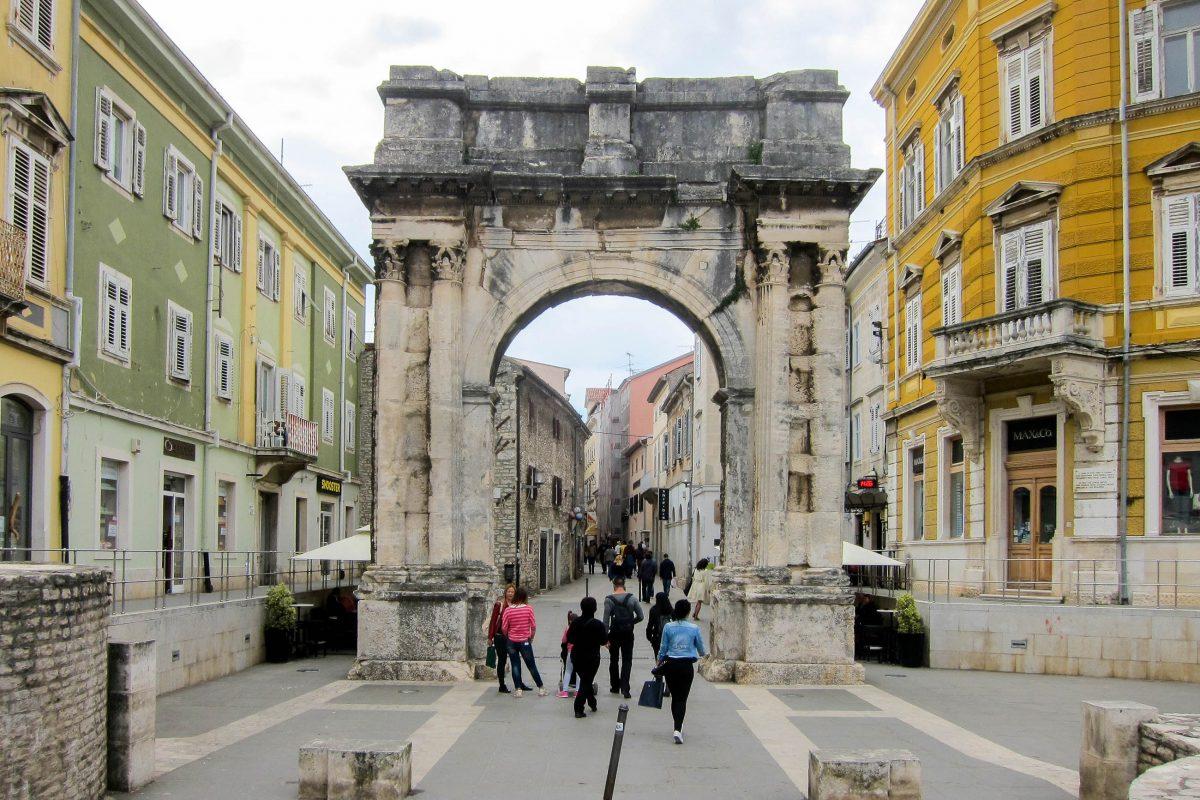 Der Triumphbogen der Sergier in der Altstadt von Pula wurde um 30 vor Christus nach der Schlacht von Actium errichtet, Kroatien - © FRASHO / franks-travelbox