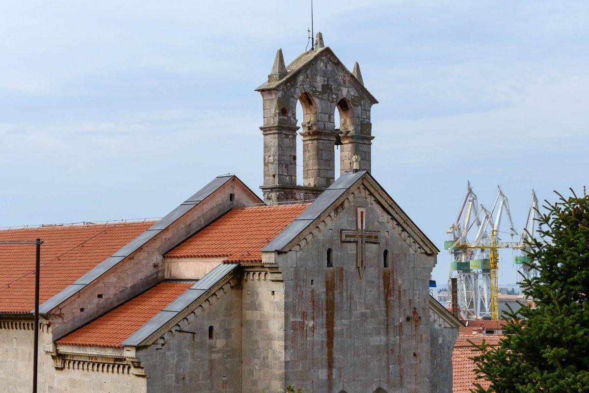 Die frühgotische Franziskanerkirche Sveti Franje aus dem 13./14. Jahrhundert in Pula liegt ganz in der Nähe der Flaniermeile Ulica Sergijevaca, Kroatien - © James Camel / franks-travelbox
