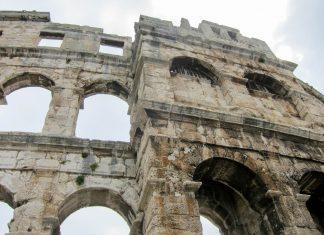 Die gut 32 Meter hohen Mauern des Amphitheaters von Pula bestehen aus 72 Arkadenbögen aus weißem Kalkstein, Kroatien - © FRASHO / franks-travelbox