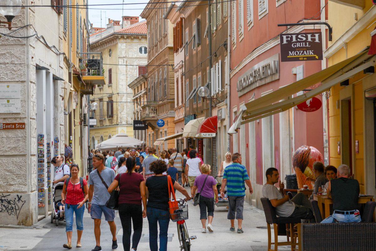 Die sehenswerte Ulica Sergijevaca zwischen Forum und dem Triumphbogen der Sergier ist die bekannteste Flaniermeile von Pulas Altstadt, Kroatien - © James Camel / franks-travelbox