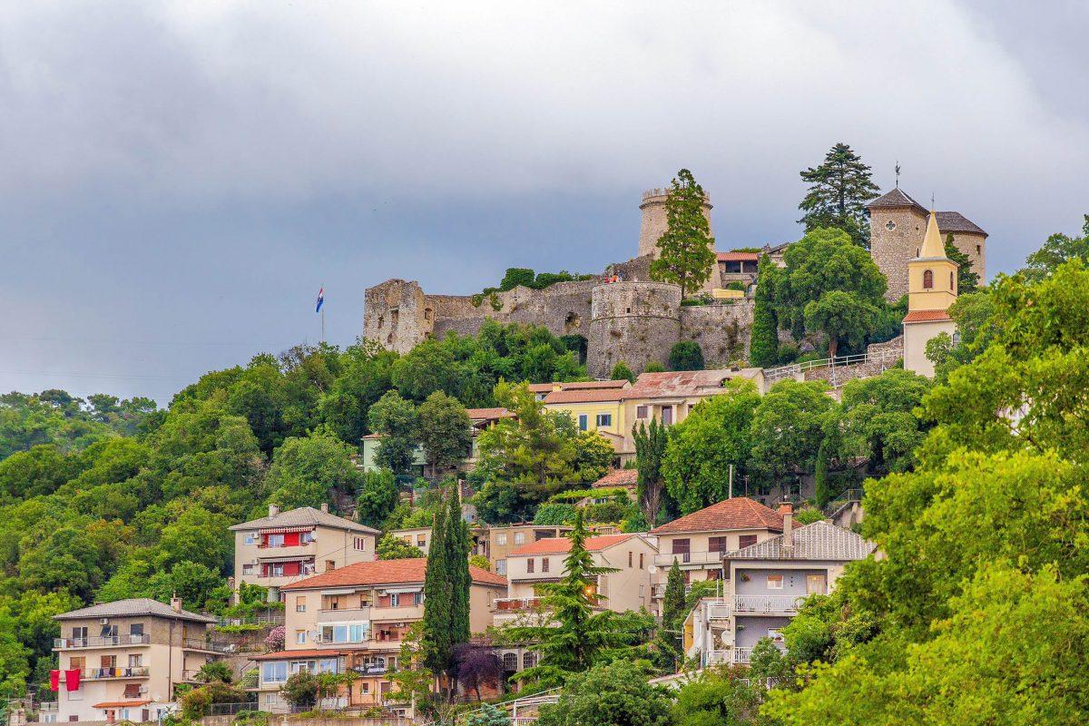 Auf dem gut 130m hohen Hügel über der Stadt Rijeka thront die Trsat-Burg aus dem 13. Jahrhundert, Kroatien - © Leonid Andronov / Shutterstock