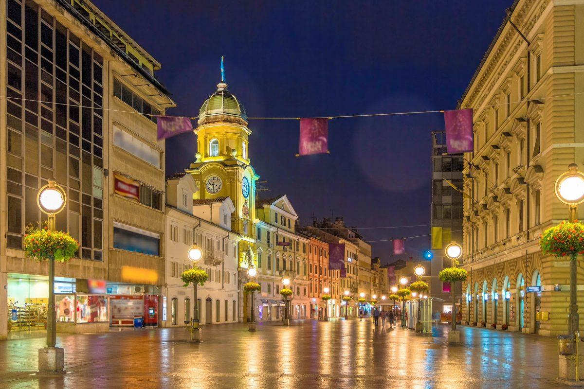 """Der """"Korzo"""", Fußgängerzone, Flanier- und Shopping-Meile ist die Schlagader von Rijeka, Kroatien - © Leonid Andronov / Shutterstock"""
