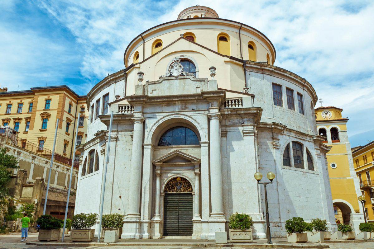 Die monumentale runde Form der barocken St. Veit Kathedrale in Rijeka ist in Kroatien einzigartig - © anshar / Shutterstock