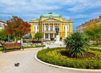 Im idyllischen Kasalisni Park südöstlich der Altstadt von Rijeka befindet sich das Nationaltheater, Kroatien - © anshar / Shutterstock