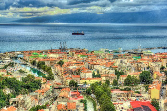Rijeka hat trotz seines lauten, verkehrsreichen Images eine hübsche Altstadt mit historischen Sehenswürdigkeiten und mehrere nette Promenaden zu bieten, Kroatien - © Leonid Andronov / Shutterstock