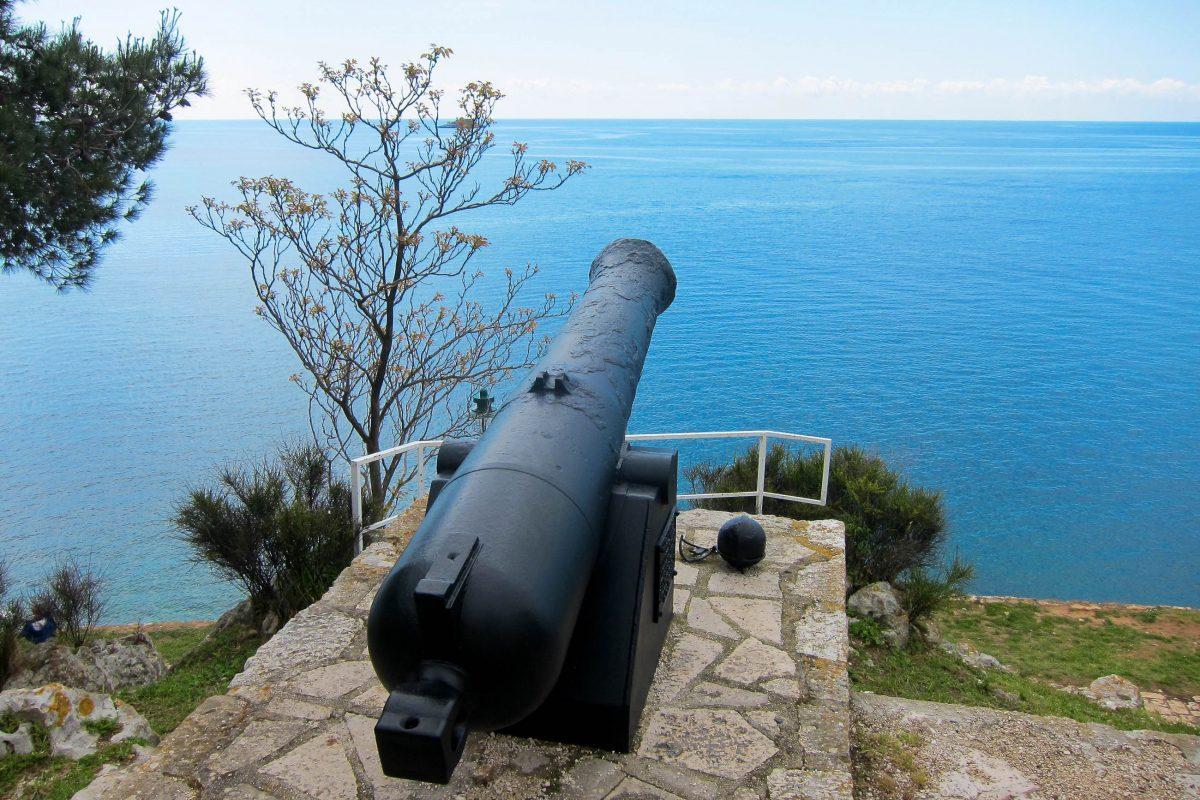 An der malerischen Küstenstraße um die Kirche Sveti Eufemija erinnern Kanonen an die einstigen Befestigungsanlagen von Rovinj, Kroatien - © FRASHO / franks-travelbox