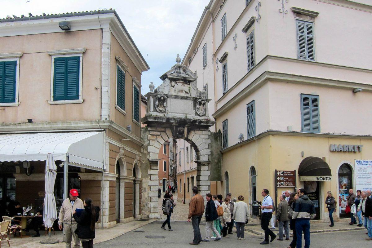 Das venezianische Balbi-Tor aus dem Jahr 1680 dient heute als Eingangsportal zur mittelalterlichen Altstadt von Rovinj, Kroatien - © FRASHO / franks-travelbox