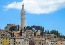 Der 60m hohe Turm mit dem spitzen Dach ragt weit über die Dächer von Rovinj und hat die Kirche zum Wahrzeichen der Stadt gemacht - © FRASHO / franks-travelbox