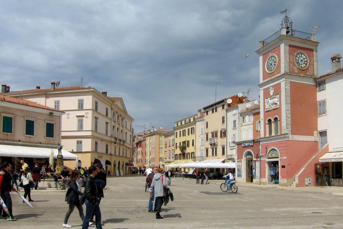 Der Trg maršala Tita mit dem markanten venezianischen Uhrenturm liegt direkt am Hafen und grenzt an die malerische Altstadt von Rovinj an, Kroatien - © FRASHO / franks-travelbox