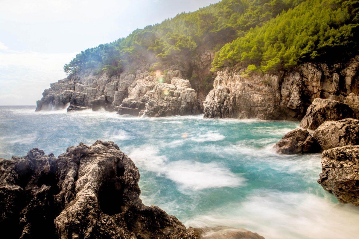 Sanddünen und Steilklippen an den Küsten schaffen im Nationalpark Mljet gemeinsam mit den Wäldern ein vielfältiges Ökosystem, Kroatien - © eldar nurkovic / Shutterstock