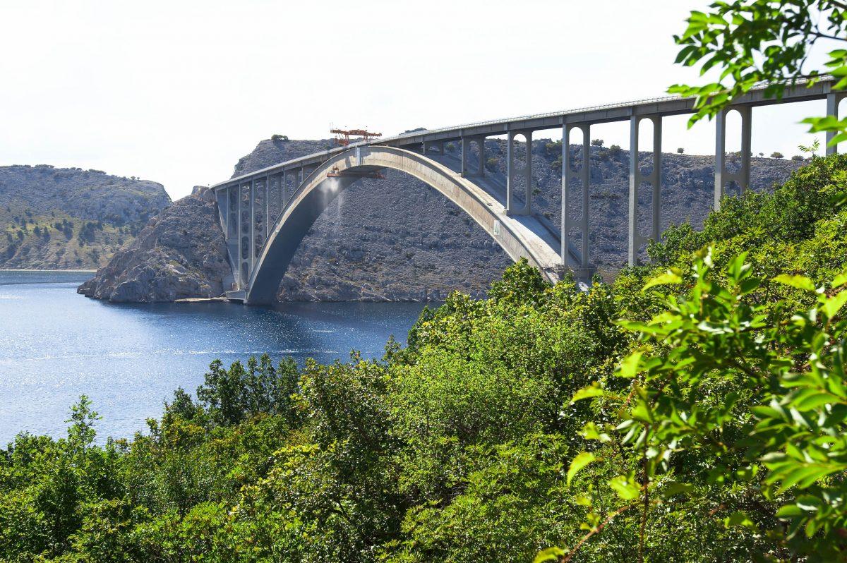 Seit 1980 kann Krk vom kroatischen Festland aus über eine eineinhalb Kilometer lange Betonbrücke, die Krčki most, erreicht werden - © Galina Mikhalishina / Shutterstock