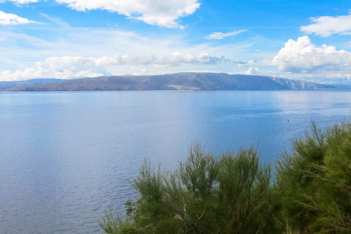 Panoramablick von der Küstenstraße bei Senj auf die Insel Krk und die Adria, Kroatien - © FRASHO / franks-travelbox