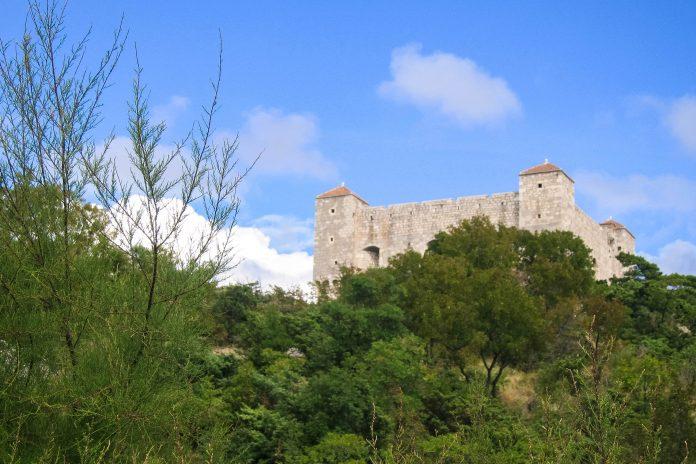 Unübersehbar thronen die vier markanten Ecktürme  der Uskoken-Festung Nehaj über der Stadt Senj, Kroatien - © FRASHO / franks-travelbox