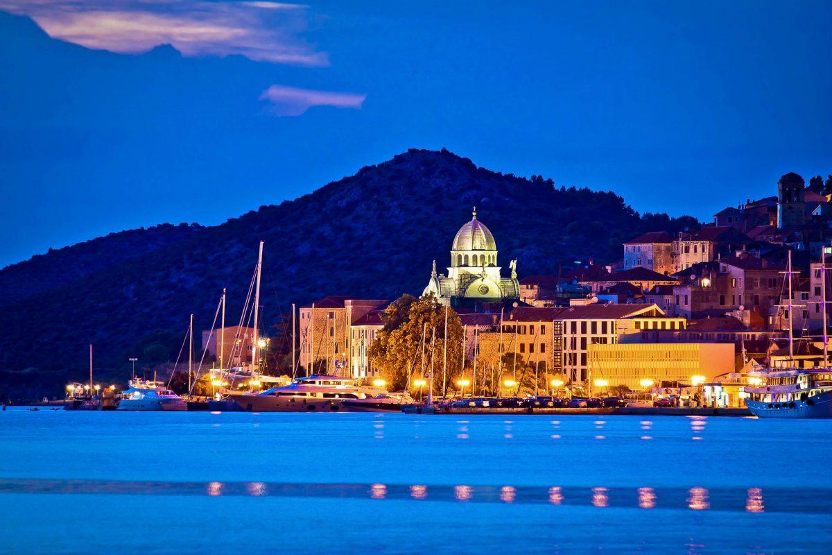 Der malerische Hafen von Šibenik kommt zur blauen Stunde besonders märchenhaft zur Geltung, Kroatien - © xbrchx / Shutterstock
