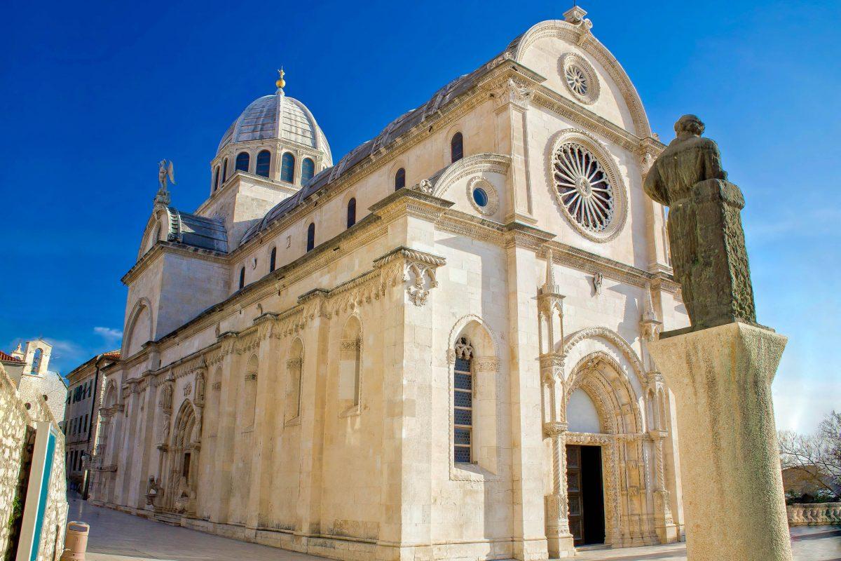 Die Kathedrale von Šibenik gilt als eines der bedeutendsten Bauwerke in Dalmatien und zählt zum UNESCO Weltkulturerbe, Kroatien - © xbrchx / Shutterstock
