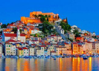 Sehenswerte Baudenkmäler, Galerien, Cafés und eine malerische Uferpromenade machen Šibenik zu einem lohnenden Urlaubsziel an der Küste Kroatiens - © LianeM / Shutterstock