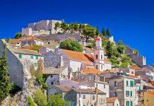 Šibenik wurde einst als Kastell am Fuß des Festungshügels errichtet, auf dem heute noch die Festung St. Michael thront, Kroatien - © xbrchx / Shutterstock