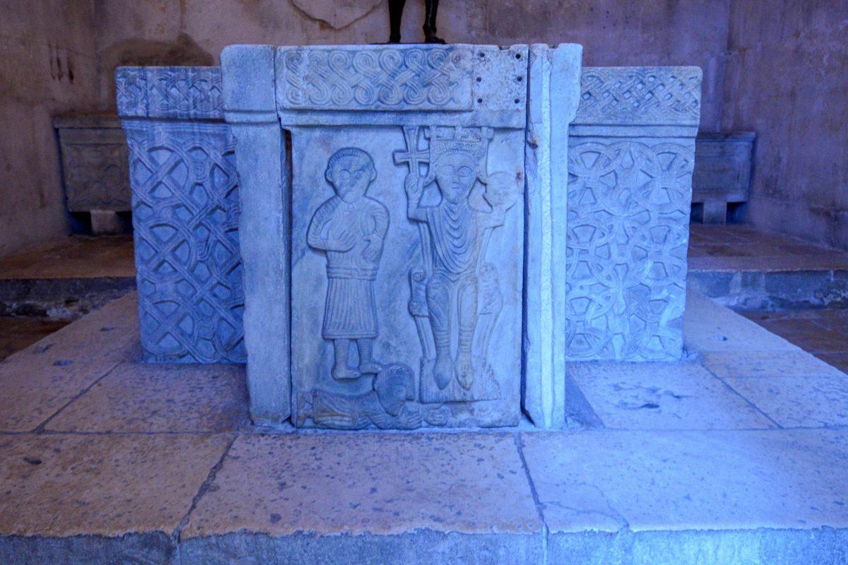 Auf dem Marmorsockel im Jupitertempel von Split, Kroatien, ist die angeblich älteste Darstellung des kroatischen Königs Zvonimir zu sehen - © FRASHO / franks-travelbox