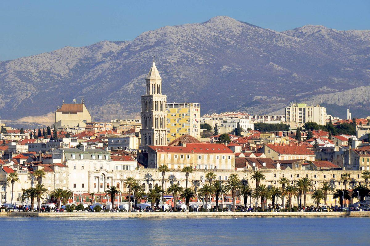 Blick über das Meer auf die Südseite des Diokletianspalastes in Split, Kroatien - © FRASHO / franks-travelbox