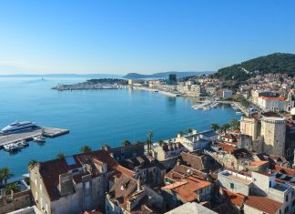 Blick vom Glockenturm der Kathedrale Sveti Duje zur Hafenpromenade, rechts der Berg Marjan, Split, Kroatien - © FRASHO / franks-travelbox