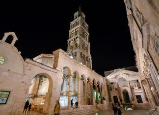 Der Peristyl, der beeindruckende Säulenhof mit dem Glockenturm der Kathedrale Sveti Duje bei Nacht, Split, Kroatien - © FRASHO / franks-travelbox