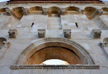 Die Fassade des Goldtores des Diokletianspalastes im Norden ist reich verziert, Split, Kroatien - © FRASHO / franks-travelbox