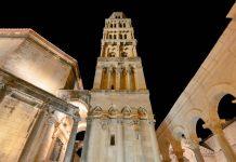 Nächtlicher Blick auf den eindrucksvollen Glockenturm der berühmten Kathedrale Sveti Duje in der Altstadt von Split, Kroatien - © FRASHO / franks-travelbox