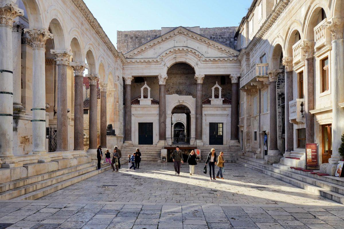 Vor der herrlichen Kulisse des beeindruckenden Säulenhofs Peristyl empfing der Kaiser früher seine Staatsgäste, Split, Kroatien - © FRASHO / franks-travelbox