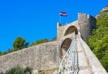 Die Festungsmauer, die den Ort Ston auf der Halbinsel Pelješac selbst umschließt, ist knapp einen Kilometer lang, Kroatien - © FRASHO / franks-travelbox