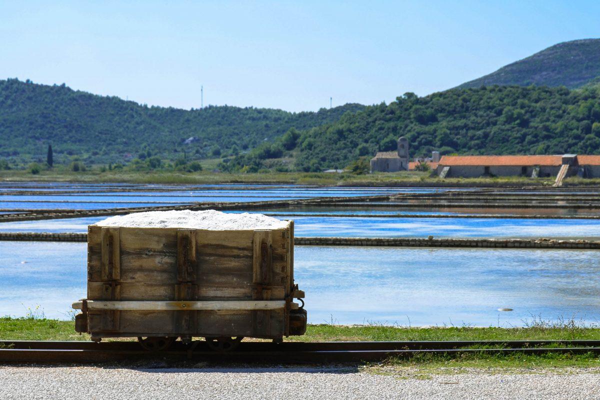 Ein Holzwagen für den Salztransport in den Salinen von Ston, Halbinsel Pelješac, Kroatien - © FRASHO / franks-travelbox