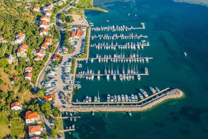 Supetarska Draga zählt zu den ältesten Ortschaften auf der Insel Rab und lockt Urlauber mit Gastfreundlichkeit und Geruhsamkeit, Kroatien - © Mariusz Szczygiel / Shutterstock