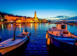 Sutivan im Nordwesten von Brac ist mit Stränden, Naturpark und kulturhistorischem Erbe ein perfekter Urlaubsort, Kroatien - © Ajan Alen / Shutterstock
