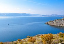 Traumhafter Ausblick: tiefblaues Meer mit kalkhellen Inseln und schroffer Gebirgswüste, Kroatien - © FRASHO / franks-travelbox