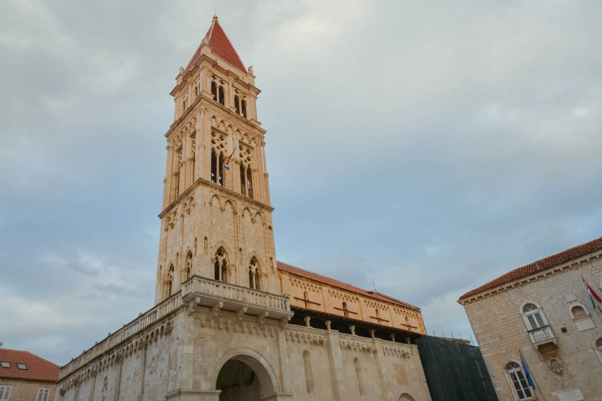 Der Glockenturm der Kathedrale Sveti Lovro in Trogir weist romanische, venezianisch-gotische und Elemente der Renaissance auf, Kroatien - © FRASHO / franks-travelbox