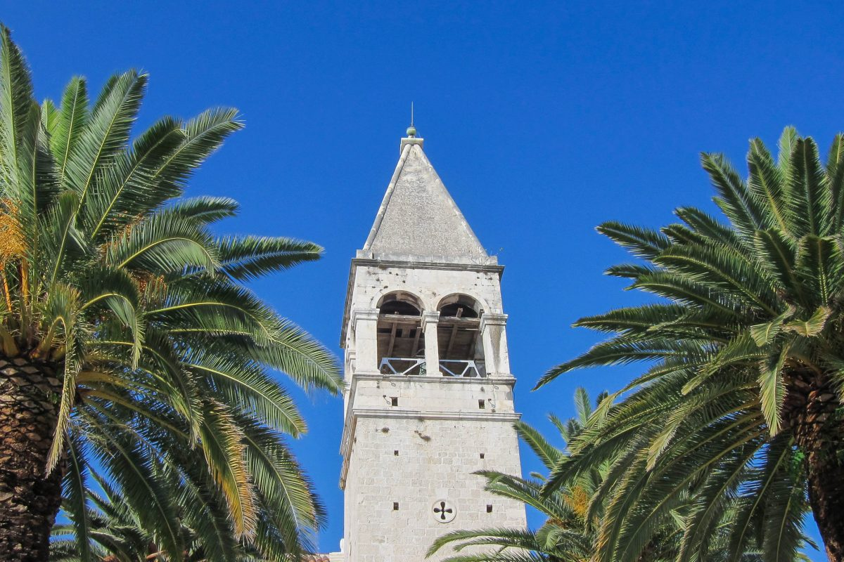Der schlichte Glockenturm der Bruderschaftskirche des Dominikaner-Ordens aus dem 14. Jahrhundert in Trogir, Kroatien - © FRASHO / franks-travelbox