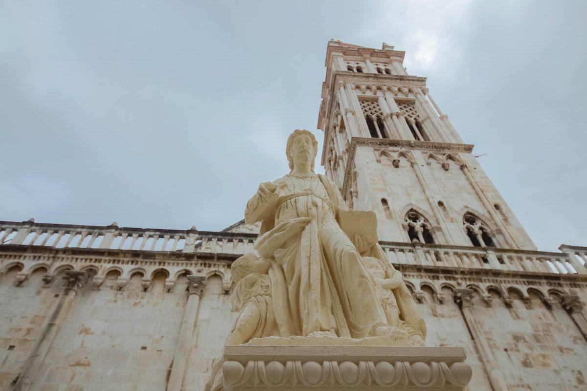 Dominiert wird der Trg Ivana Pavla II von der Kathedrale des Heiligen Laurentius aus dem 13. Jahrhundert, Trogir, Kroatien - © FRASHO / franks-travelbox