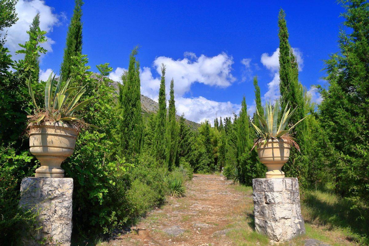 Sehenswert sind im Garten von Trsteno auch die architektonischen Elemente, die die üppige Vegetation schmücken, Kroatien - © Inu / Shutterstock