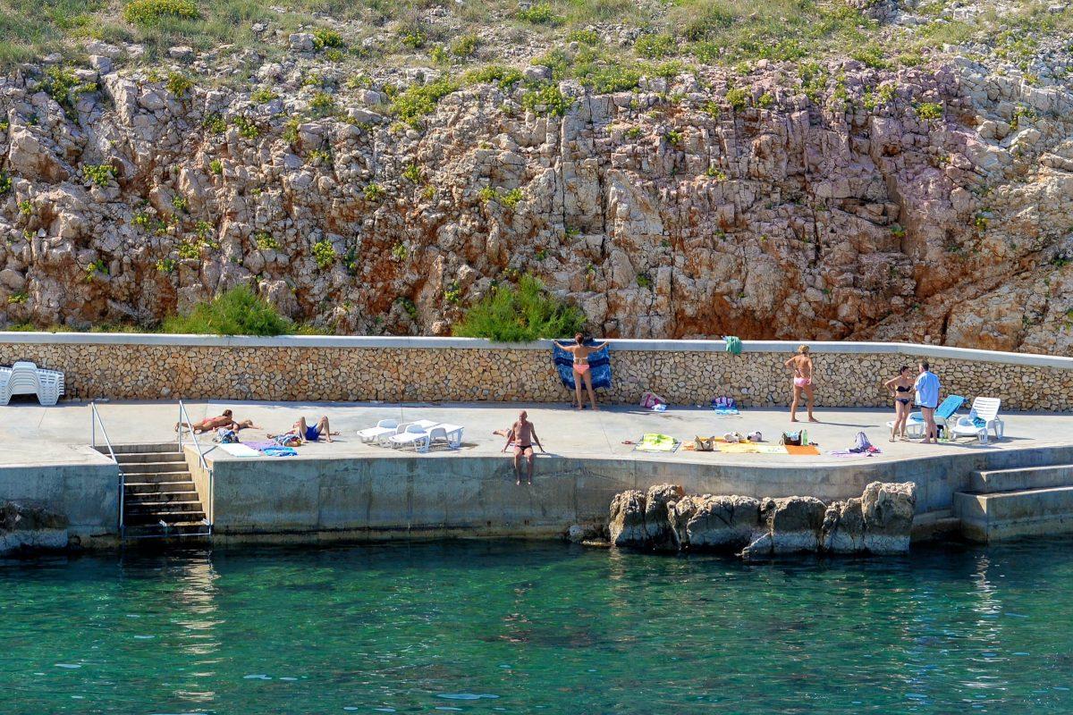Unterhalb des Ortskerns von Vrbnik auf der Insel Krk, Kroatien, laden einige Buchten und befestigte Strände zum Schwimmen und Sonnenbaden ein - © James Camel / franks-travelbox
