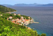 Valun in der Bucht von Cres erfüllt alle Klischees eines Fischerdorfes in Kroatien - © LianeM / Shutterstock