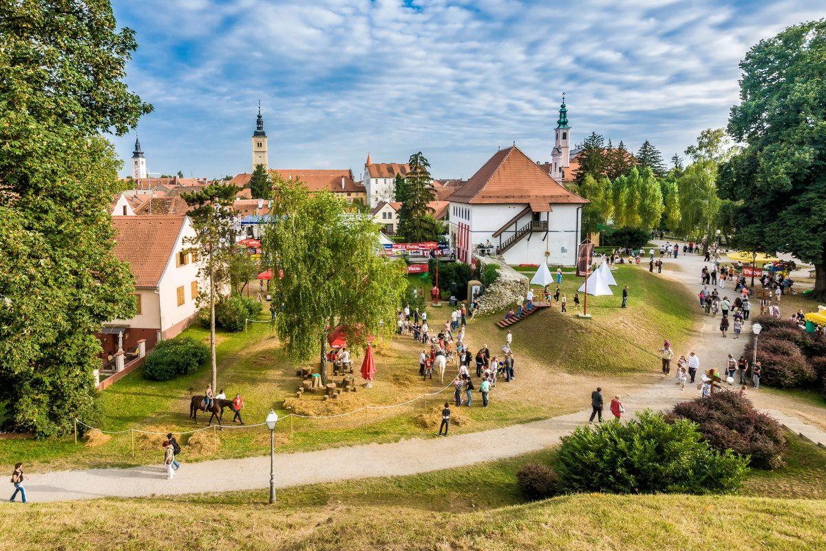 Das bunte Treiben am Spancirfest in Varazdin, Kroatien, wirkt wie eine gemalte Szenerie aus dem Märchenbuch - © Deymos.HR / Shutterstock