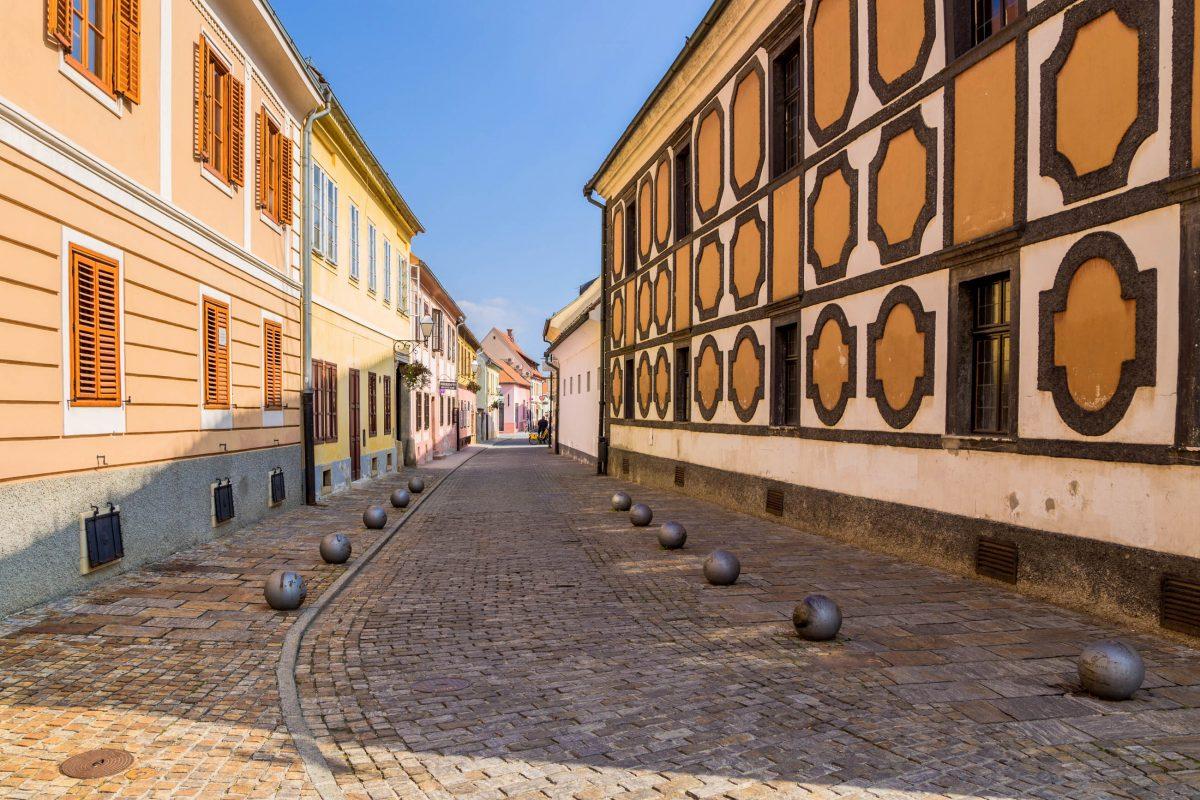 Die malerischen Straßen mit Kopfsteinpflaster sind typisch für die Altstadt von Varazdin in Kroatien - © Valery Rokhin / Shutterstock