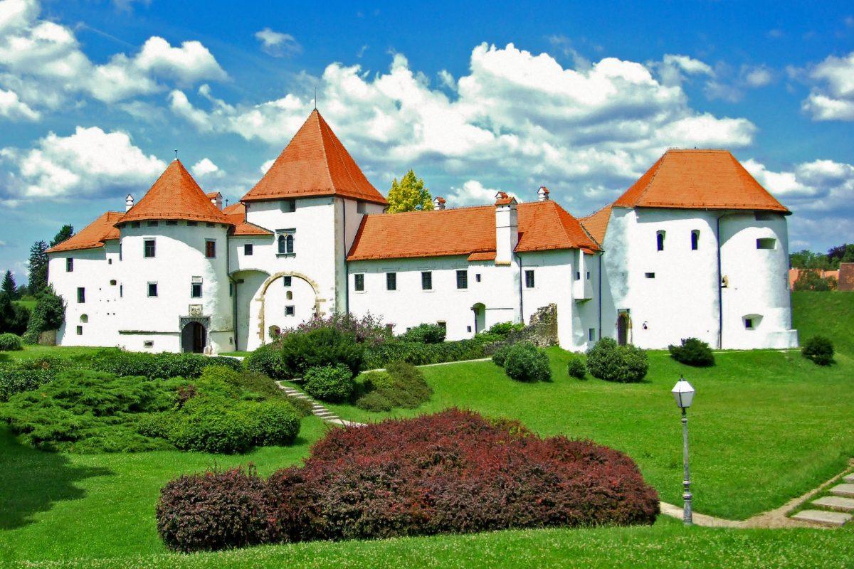 Die mittelalterliche Festung Stari Grad ist das Wahrzeichen der Stadt und die meistbesuchte Sehenswürdigkeit von Varaždin, Kroatien - © SviP / Shutterstock