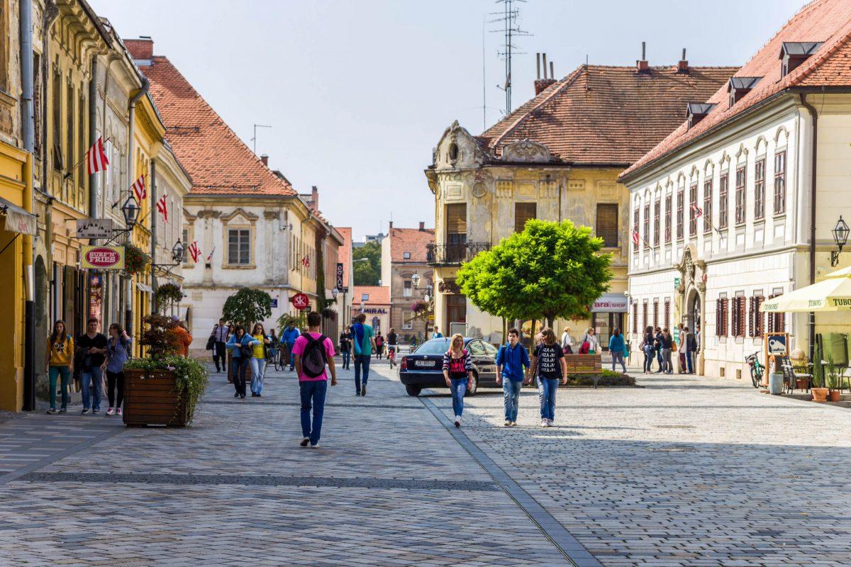 Mit der Gundulića beginnt gleich bei der Kirche Sveti Nikola die berühmteste Einkaufsstraße von Varaždin, Kroatien - © Valery Rokhin / Shutterstock