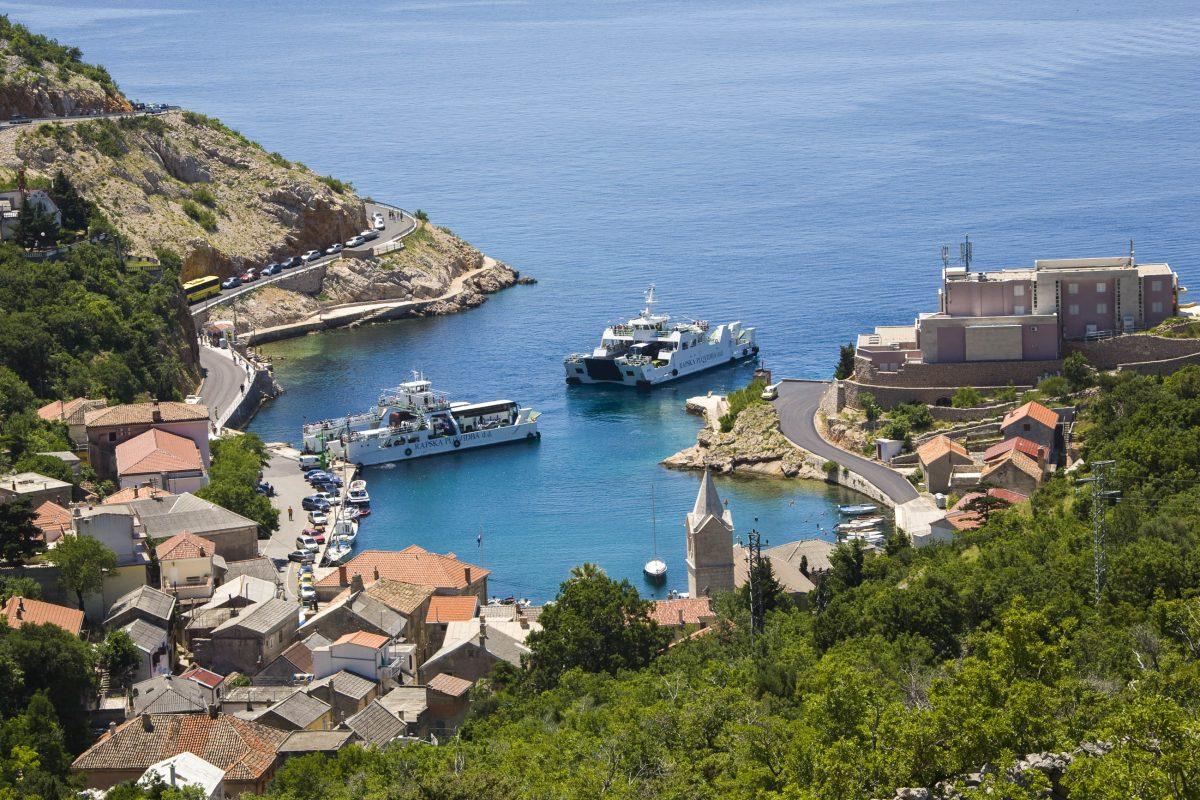 Vom Festland Kroatiens erfolgt die Anreise auf die Insel Rab über den Hafen von Stinica (Jablanac) nach Misnjak im Süden von Rab - © Copyright / Shutterstock