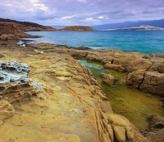 Wer die Halbinsel Lopar im Norden von Rab erkundet, entdeckt einsame Felsbuchten, wie sie romantischer kaum sein könnten, Kroatien - © Gergely Zsolnai / Shutterstock