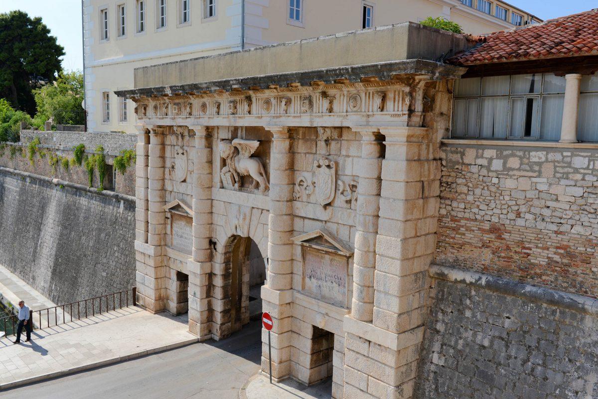 Das schönste Tor Zadars ist das Landtor mit dem venezianischen Markuslöwen, das 1543 errichtet wurde und zu den bedeutendsten Renaissance-Bauwerken Zadars zählt, Kroatien - © James Camel / franks-travelbox