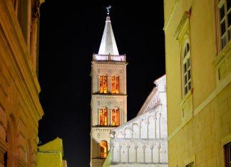 Der 56m hohe Glockenturm der Domkirche der Heiligen Anastasia in Zadar, Kroatien, erstrahlt in der Nacht auch von innen - © FRASHO / franks-travelbox