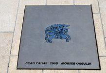 Die Meeresorgel von Zadar wurde 2005 gebaut; 35 Röhren sind an der Uferpromenade einbetoniert, die ein- und ausfließenden Wellen erzeugen in diesen Röhren Töne, Kroatien - © FRASHO / franks-travelbox