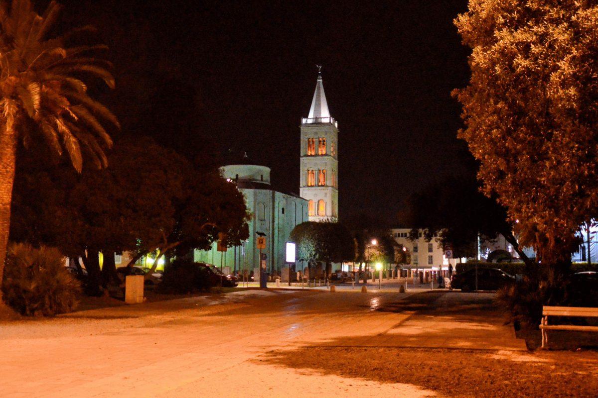 In der Nacht präsentieren sich auch die schönsten Flecken Zadars, wie das römische Forum, nahezu menschenleer, Kroatien - © FRASHO / franks-travelbox