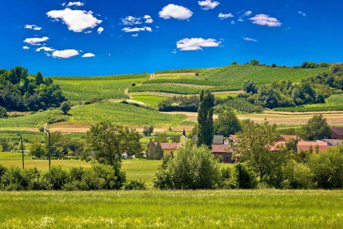 Das idyllische Zagorje im Norden von Kroatien lockt Besucher mit stillen Dörfern und unberührter Natur, prächtigen Schlössern und heilenden Thermalbädern - © xbrchx / Shutterstock